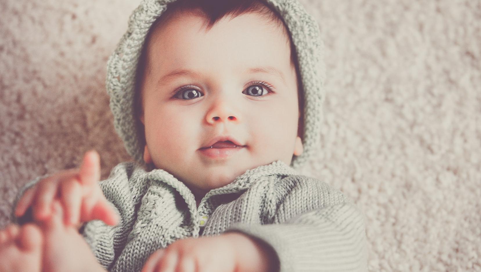 ząbkowanie dziecka rozpoczyna się w 4. miesiącu życia