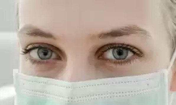 Aby chronić się przed koronawirusem, należy chodzić w masce