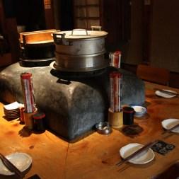 かまどを囲むテーブル席