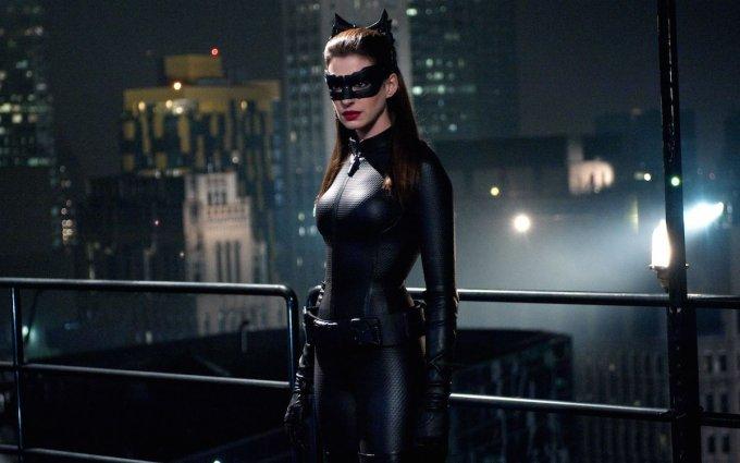 マーベル以外のアメコミ映画「ダークナイト・ライジング」でキャットウーマンを演じるアン・ハサウェイの画像