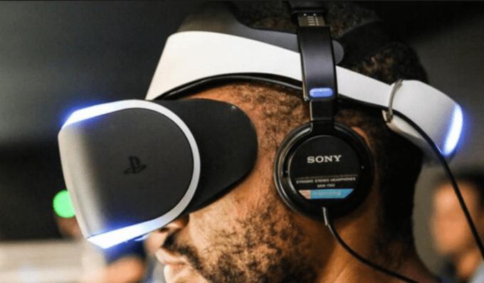 VRデバイスとヘッドフォンで没頭する図