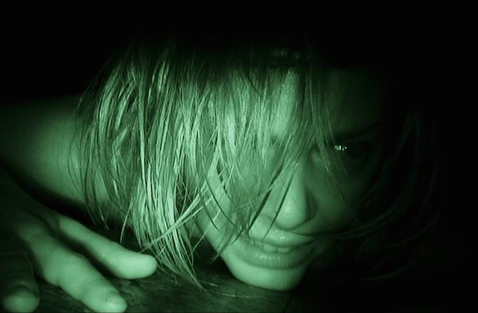 暗視カメラで写された映画RECレックの主人公のアンヘラ
