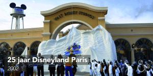 De grote bazen van The Walt Disney Company staan naast de Disneyfiguren voor de poort van het nieuwste Disneypark: de Walt Disney Studios