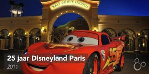 Lightning McQueen poseert voor de ingang van de Walt Disney Studios