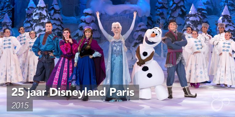Elsa, Anna, Olaf en Sven staan trots op de foto voor een show van Frozen Summer Fun