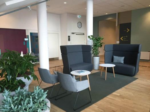 spændende indretning og flot farvesætning #indretningsundhedscenter #helendearkitektur #indretning #designtegnestuen #designtegnestue #D-sign Tegnestuen