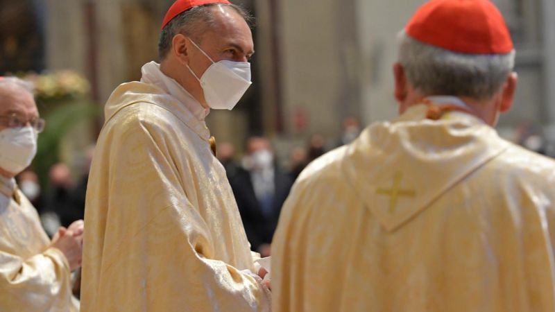 Small number at Pope Francis' Easter Mass as he urges hastened COVID vaccine delivery