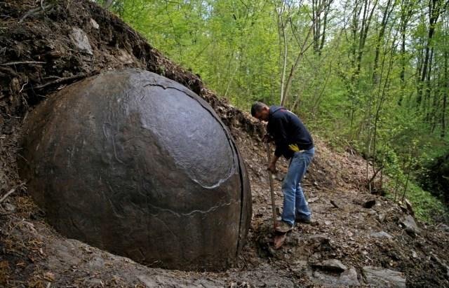 V bosnianskom lese objavil tajomnú guľu   9muz.sk