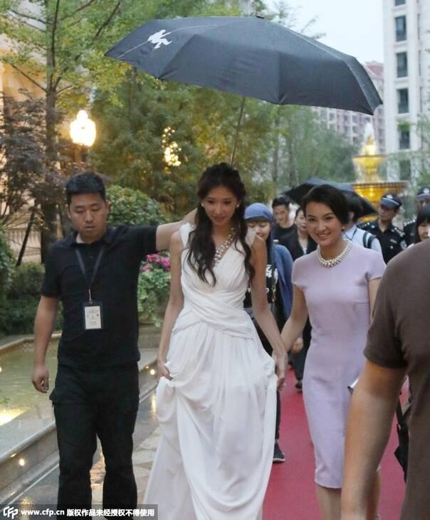 林志玲穿低胸長裙氣質優雅 與高管雨中熱聊(圖)
