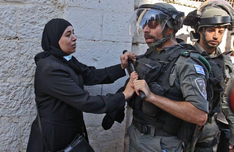 Palestinian woman confronts Israeli police East Jerusalem
