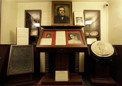 Una habitación en la casa de Edgar Allan Poe se muestra ...