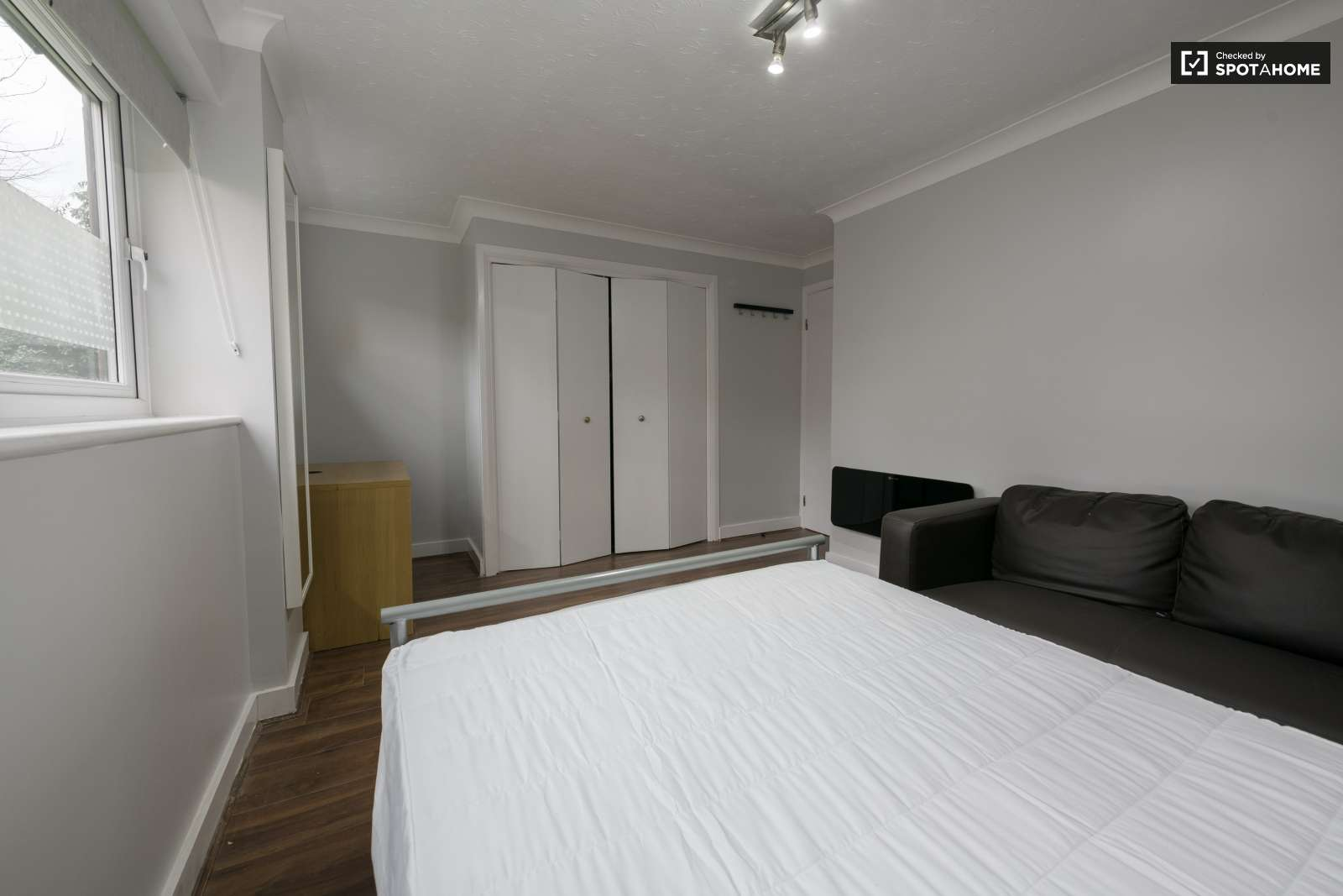 Twin Beds In Rooms To Rent In Modern 4 Bedroom Apartment In
