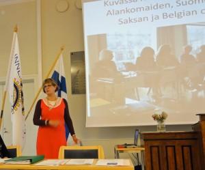 Suomen IW:n kansallinen edustaja kertoi terveisiä kansainvälisestä kokouksesta, jossa hän oli ollut mukana Suomen edustajana. Yritin etsiä kuvassa olevan kansallisen edustajan nimeä näiltä järjestömme IW-sivuilta, mutta etsintäni ei onnistunut.