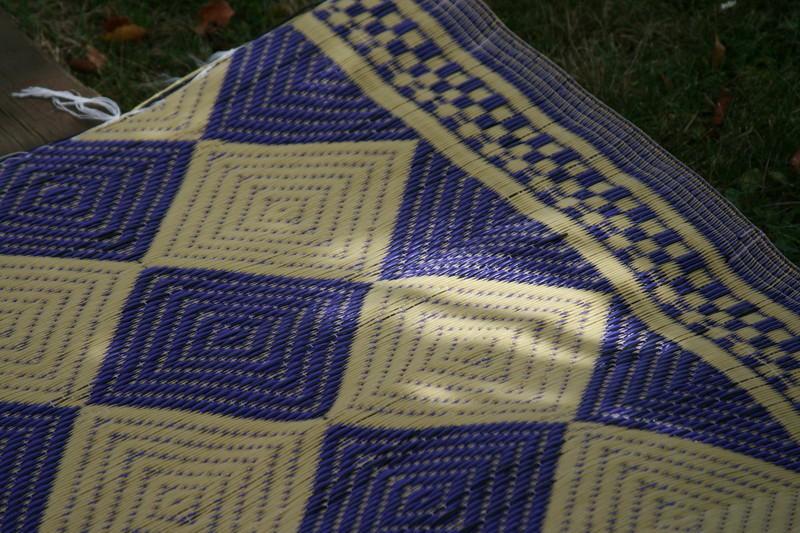 tapis natte africaine interieur et exterieur en plastique african plastic mat violet creme dore tapis violet plastique