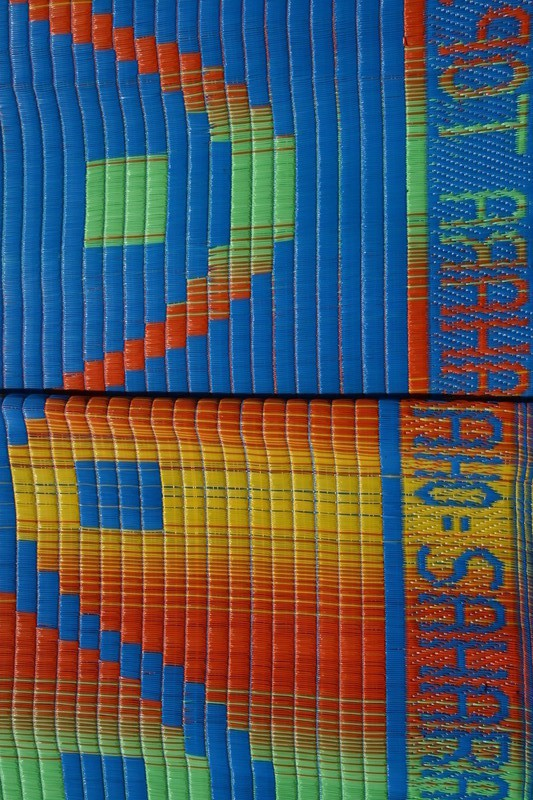tapis natte africaine interieur et exterieur en plastique african plastic mat bleu et jaune tapis bleu plastique