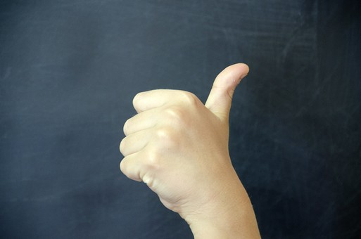 人物 生物 人間 生徒 学生 学童 子ども 学校 勉強 学び 教育 授業 クラス 教室 黒板 手 腕 指 パーツ 人体 示す サイン ボディランゲージ コミュニケーション 身体言語 グッド 良い サムズアップ
