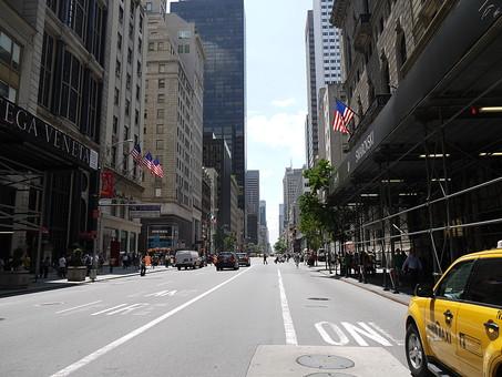 アメリカ ニューヨーク マンハッタン 外国 海外 異国 5番街 通り 道路 交通 買い物 ショッピング 店舗 ビル 立ち並ぶ タクシー 建物 建築物 都市 都会 日常 生活 旅行 観光 名所 街並み 町並み 風景 景色