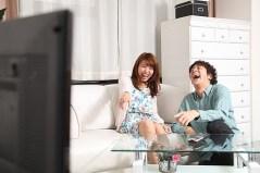 人物 日本人 男性 女性 カップル 友人 夫婦 友達 男女 若者 若い 20代 屋内 室内 部屋 リビング ソファ 寛ぐ くつろぐ リラックス テレビ TV 見る 面白い 笑う 爆笑 おかしい 楽しい オーバーリアクション お家デート おうちデート mdfj012 mdjm009