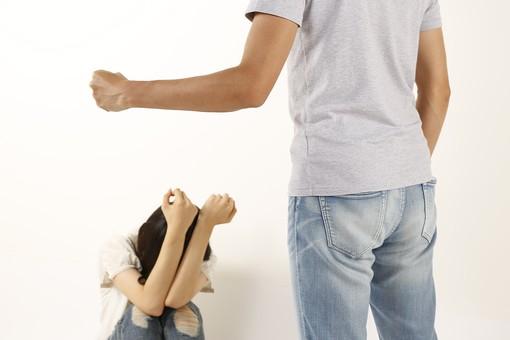 人物 男性 女性 暴力 バイオレンス DV ドメスティックバイオレンス カップル 夫婦 恋人 脅す 恐怖 怖い 殴る 犯罪 家庭内暴力 虐待 けんか ケンカ しゃがみ込む 加害者 被害者 屋内 白バック 白背景 モラルハラスメント モラハラ