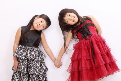 女の子 子供 少女 女性 人物 女子 小学生 日本人 ポートレート モデル 学生 キッズ キッズモデル 可愛い かわいい 笑う 笑顔 えがお 姉妹 姉 妹 友人 友達 友だち 仲良し 家族 2人 二人 可愛らしい 若い 見る 明るい 朗らか にこやか 楽しい たのしい うれしい ドレス 洋服 ポーズ お洒落 おしゃれ オシャレ ファッション 小さい 10歳未満 手をつなぐ つなぐ 手 スタジオ スタジオ撮影 白バック 白背景 パーティー 発表会