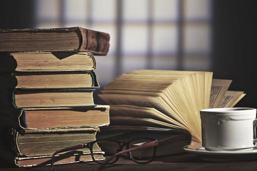 屋内 無人 アップ クローズアップ 机 デスク テーブル 木 小物 机上 本 重なる 重ねる 積む 見開き 開く 眼鏡 メガネ めがね 飲み物 飲物 コーヒー紅茶 カップ ソーサー 学習 勉強 知識 知的 情報 レトロ クラシック 古い ほころび 思い出 古書 頁 ページ 読書
