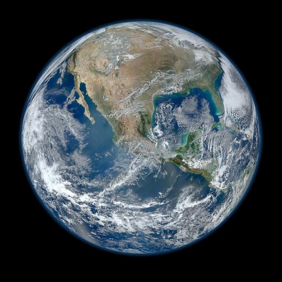 A 'Blue Marble' imagen de la Tierra tomada desde el instrumento VIIRS a bordo de más reciente lanzamiento de la NASA de observación terrestre por satélite - Suomi NPP.  Esta imagen compuesta usa una serie de franjas de la superficie de la Tierra tomada el 4 de enero de 2012.  Crédito: NASA / NOAA / GSFC / Suomi NPP / VIIRS / Norman Kuring.