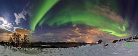 Un panorama de ocho imágenes cosidas juntas muestra la aurora sobre la región Rødsand-Nordlys de Noruega el 19 de marzo de 2013.  Crédito y copyright: Frank Olsen.