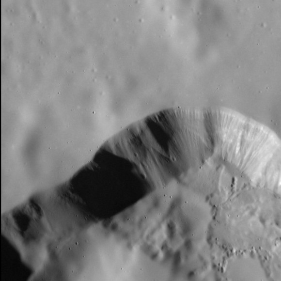 """A high-resolution view of a """"silky"""" surface on Mercury"""