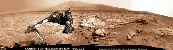 La curiosidad y el Monte Sharp - Parting Shot por delante de Marte Conjunción Solar.  Disfrute de esta vista separación del brazo elevado robot Curiosity y el taladro está mirando a ti, de nuevo cayó con su destino final - Mount Sharp - en esta vista panorámica de Yellowknife Bay cuenca quebró el 23 de marzo, Sol 223, por el sistema del rover cámara de navegación.  Las imágenes en bruto fueron cosidos por Marco Di Lorenzo y Ken Kremer y coloreada.  Crédito: NASA / JPL-Caltech / Marco Di Lorenzo / KenKremer (kenkremer.com).  Ver vídeo a continuación explica Marte Conjunción Solar