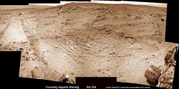 Este photomosic muestra Curiosity de la NASA, saliendo por fin de Mount Sharp-su destino principal de la ciencia.  Tenga en cuenta las marcas de ruedas en la superficie del planeta rojo.  Las imágenes de la cámara NavCam fueron tomadas el 4 de julio de 2013 (Sol 324).  Crédito: NASA / JPL-Caltech / Ken Kremer (kenkremer.com) / Marco Di Lorenzo