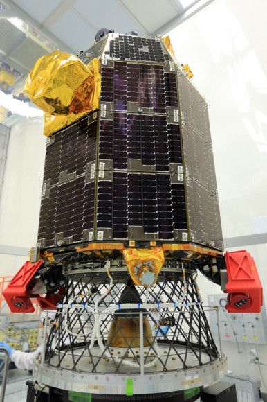 La nave espacial LADEE aguarda pruebas equilibrio vuelta, llevado a cabo para garantizar la estabilidad durante el vuelo, en Wallops Flight Facility de la NASA en Virginia.  LADEE está programado para el despegue de Wallops el 05 de septiembre 2013 10 de julio.  Crédito: NASA / Patrick Negro