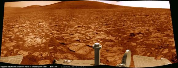 Primera meta de montaña escalada del rover Opportunity ha muerto antes de esto ver de cerca Solander punto a lo largo del borde erosionado del cráter Endeavour.  Oportunidad pronto subirá al monte en busca de minerales firmas indicativos de un entorno habitable Marte pasado.  Este mosaico panorámico NavCam fue montado a partir de imágenes RAW tomadas en Sol 3385 (02 de agosto 2013).  Crédito: NASA / JPL / Cornell / Marco Di Lorenzo / Ken Kremer (kenkremer.com)