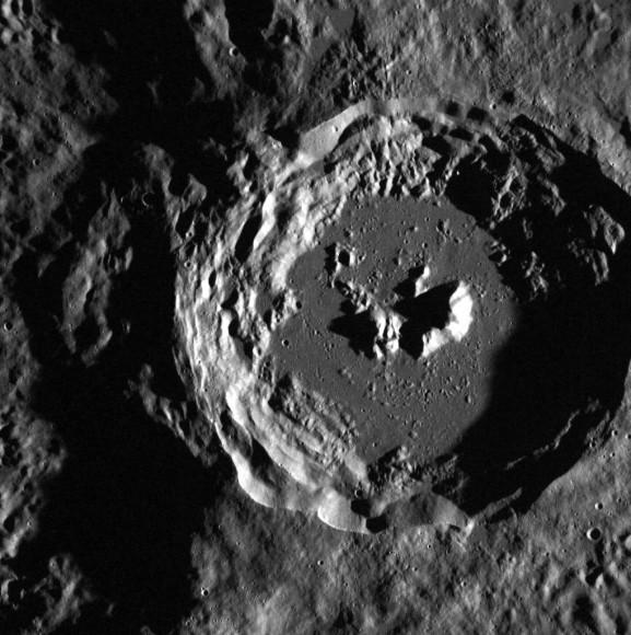 Un cráter en Mercurio en el borde de la mayor Oskison cráter situado en las llanuras del norte de la cuenca Caloris.  Crédito: NASA / Johns Hopkins University Laboratorio de Física Aplicada / Institución Carnegie de Washington