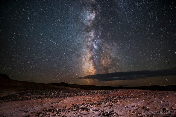 Meteoros Perseidas y la Vía Láctea, en el desierto rojo de Wyoming, 11 de agosto de 2013.  Crédito y copyright: Randy Halverson / dakotalapse.