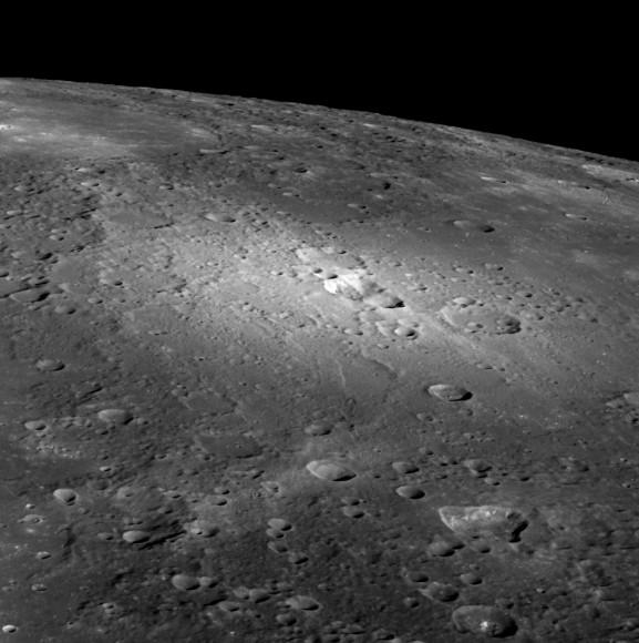 Una vista oblicua de los respiraderos piroclásticos de Mercurio a través de MESSENGER