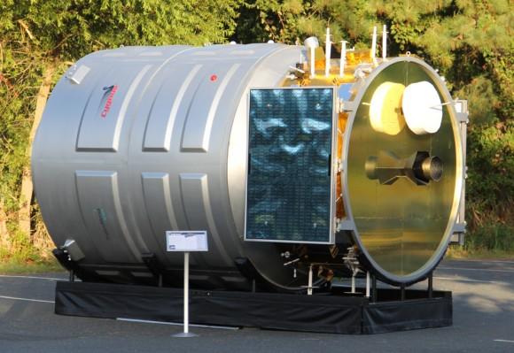 Después de lanzar a la órbita de la cima del cohete Antares el 18 de septiembre, la primera nave espacial de carga cada vez Cygnus está persiguiendo a la ISS y se puso a atracar el 22 de septiembre.  Hasta entonces es posible que pueda hacer un seguimiento en los cielos nocturnos.  Aquí es a gran escala y de alta fidelidad de la maqueta Cygnus para dar una idea de su tamaño es similar al de una pequeña habitación.  Crédito: Ken Kremer (kenkremer.com)