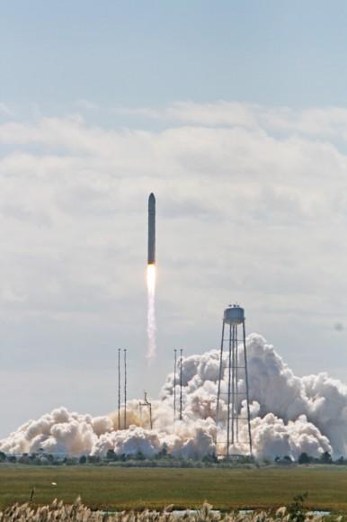 Antares cohete despega a las 10:58 am EDT 18 de septiembre con el buque de carga comercial Cygnus reabastecimiento con destino a la Estación Espacial Internacional (ISS) desde el Puerto Espacial Regional del Atlántico Medio Pad-0A en Wallops Flight Facility de la NASA en Virginia.  Crédito: Ken Kremer (kenkremer.com)