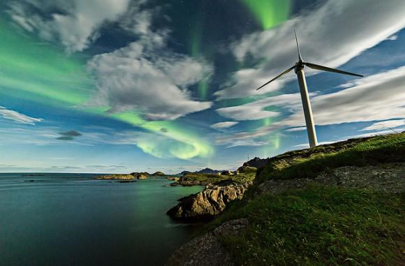 Auroras danzan por el cielo y entre las nubes sobre Noruega el 28 de septiembre de 2013.  Crédito y copyright: Frank Olsen.