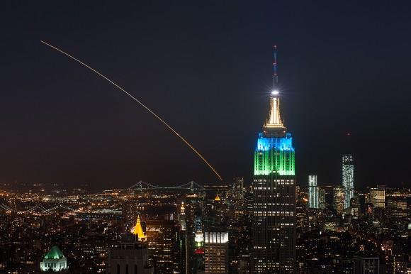 Esta magnífica vista de LADEE orbitador lunar de la NASA lanzó la noche del viernes 06 de septiembre, en el vuelo inaugural del V cohete Minotaur de Virginia fue capturado por el fotógrafo Ben Cooper espacio ubicado en la cima del Rockefeller Center en Nueva York.  Crédito: Ben Cooper / Launchphotography.com