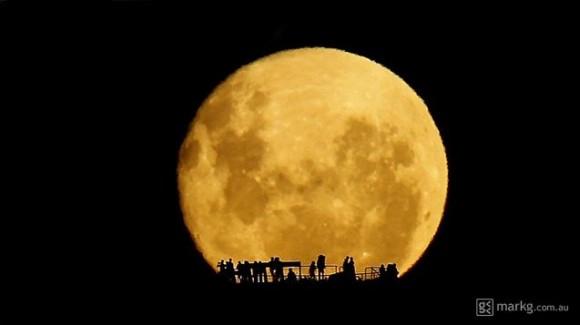 """El ganador de las personas y de Astronomía Espacial Fotógrafo del Año 2013 es Mark Gee: """"Siluetas Luna.  Créditos y derechos de autor: Mark Gee."""