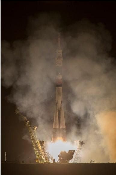 El cohete Soyuz TMA-10M lanza desde el cosmódromo de Baikonur en Kazajstán, llevando la tripulación de la Expedición 37 a la órbita.  Crédito: NASA / Carla Cioffi.