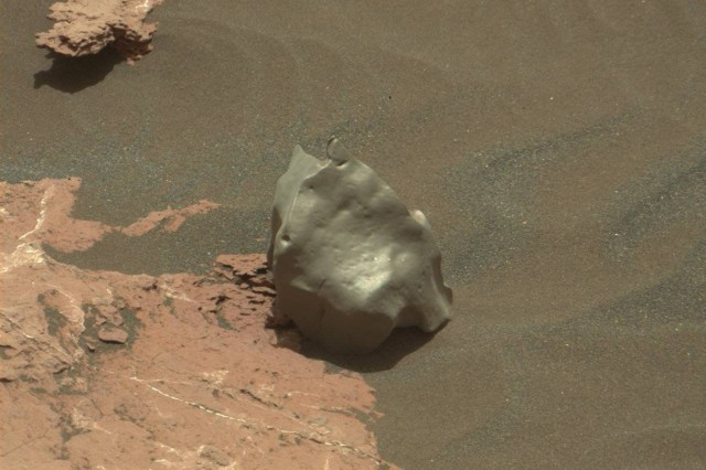 Resultado de imagem para Curiosity Rover Spotted A Mars' Rock That May Be A Meteorite