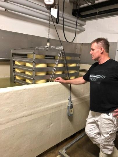 Rüegsegg cheese dairy in Röthenbach. Walter Rötlisberger-Reusser explains the production process
