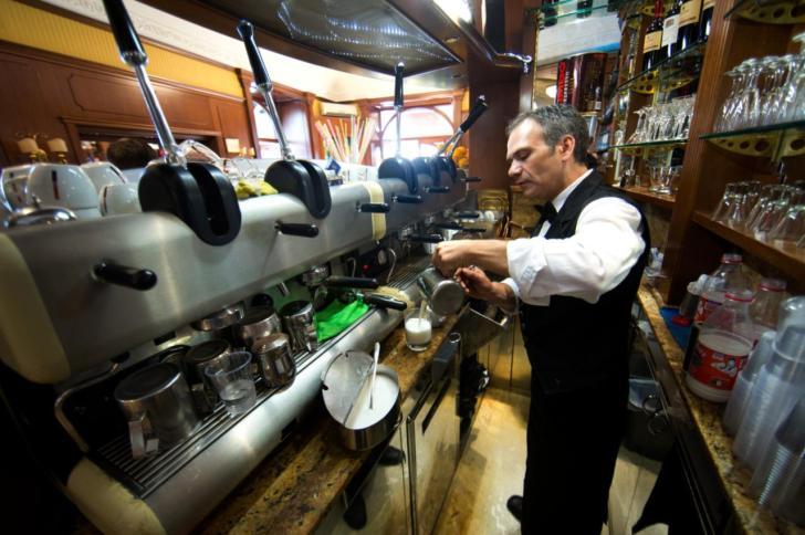 画像: レバー式エスプレッソマシンは南イタリアでよく見ます 家庭用だとLa Pavoniが有名です。