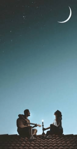 Lovers singing on top of the roof and the full Moon effects completes them