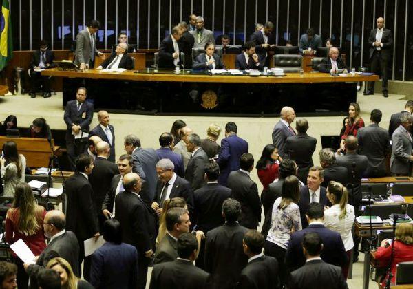 Salário de parlamentares pode subir para R$ 38 mil