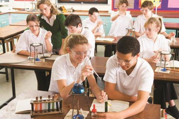A photo of high school students in a practical chemistry lesson