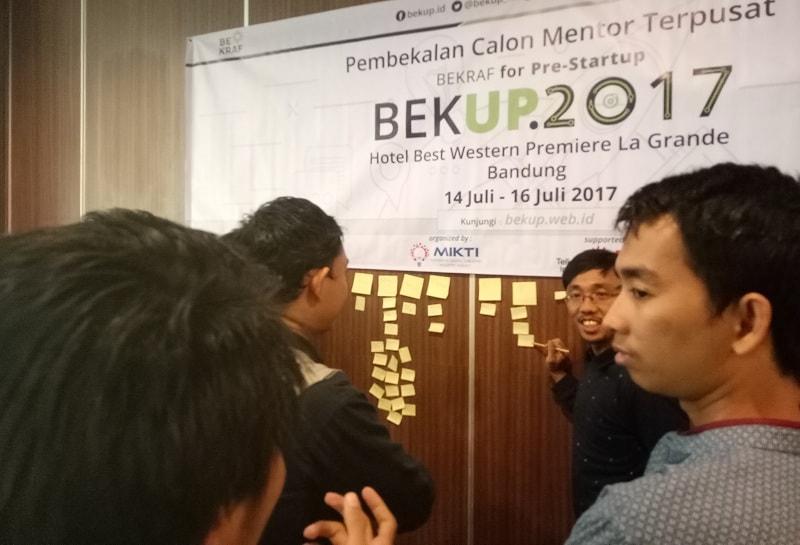 Suasana Pembekalan Mentor Terpusat Program Teknis BEKUP 2017 yang sedang membahas Agile Development oleh Rizky Sayiful, CEO AgileCampus.org