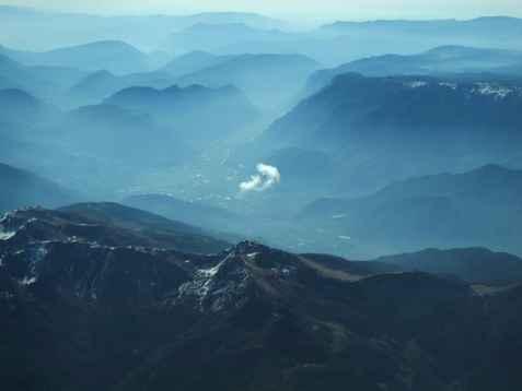 約翰·加爾(John Gale)在瑞士阿爾卑斯山的駕駛艙上發現了積雲,並在雲鑑賞協會的《一天的雲》中發表。 (約翰·蓋爾)