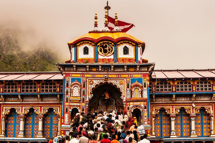 Pilgrims waiting for Darshan at Badrinath Temple